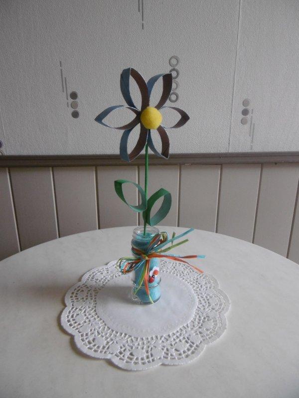 une fleur avec des rouleaux en carton du papier toilette les p 39 tites mains bricoleuses. Black Bedroom Furniture Sets. Home Design Ideas