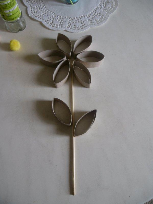 Une fleur avec des rouleaux en carton du papier toilette les p 39 tites mains bricoleuses - Fleur papier toilette ...