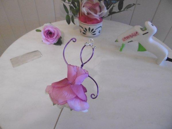 Une Ballerine avec une fleur artificielle