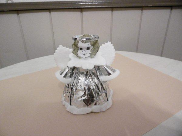 Un ange avec le haut d'une bouteille en plastique