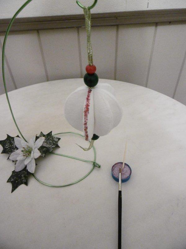 Une boule de Noel  avec des cotons � d�maquiller
