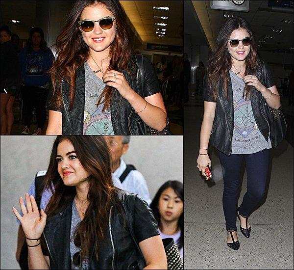 . 13.08.2013 Lucy revenant de New York, à l'aéroport.  Comment trouves-tu sa tenue ?  .
