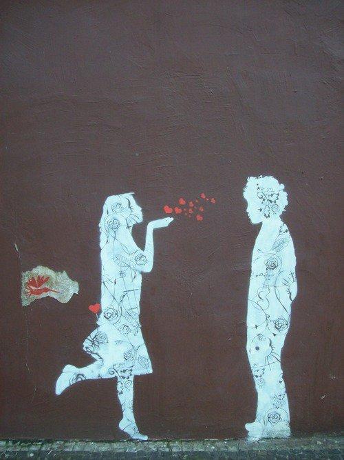 Oui, peut-être que c'est mieux comme ça, dans le fond. Peut-être qu'il fallait qu'on se quitte pour devenir adultes. Peut-être que c'était le seul moyen de grandir avant de vieillir, de ne pas devenir, un jour, des vieux bébés gâtés. Peut- être qu'il le fallait pour savoir un jour ce qu'aimer veut vraiment dire.  Aimer ça ne veut pas dire se ressembler. Aimer ça ne veut pas dire être pareils, se conduire comme deux jumeaux, croire qu'on est inséparables.  Aimer c'est ne pas avoir peur de se quitter ou de cesser de s'aimer.  Aimer c'est accepter de tomber, tout seul, et de se relever, tout seul. Je ne savais pas ce que c'est d'aimer, j'ai l'impression de le savoir aujourd'hui un peu plus.