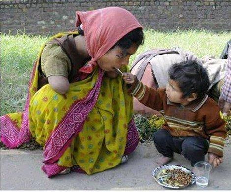 une maman  nourrit par sont enfant avec sa main c'est si l amour d un enfant pour sa maman vives toutes les mamans du monde