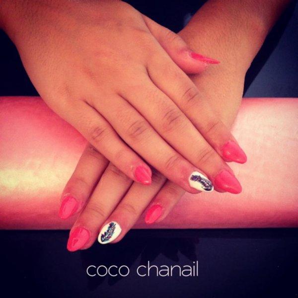 Stiletto Nails sur ongles rongés, deco Nail Art Plume Styliste Ongulaire à PERPIGNAN
