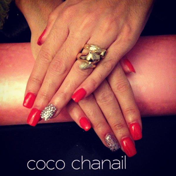 Pose gel uv avec rallongement au chablon, gel rouge et pailleté, déco Strass Coco Chanail Prothésiste Styliste Ongulaire à PERPIGNAN