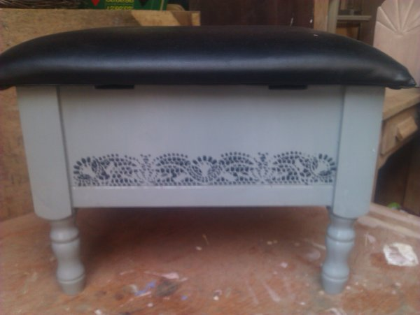 petit repose pieds ou petit fauteuil avec coffre atelier restaury meubles. Black Bedroom Furniture Sets. Home Design Ideas