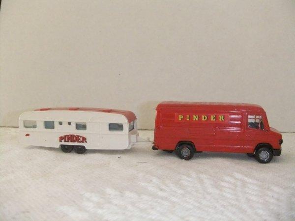 Un fourgon avec caravane et quilles publicitaires