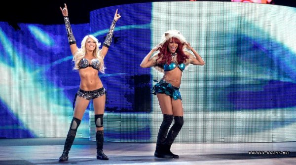 Kelly Kelly & Alicia Fox ont battue Les bellas twins