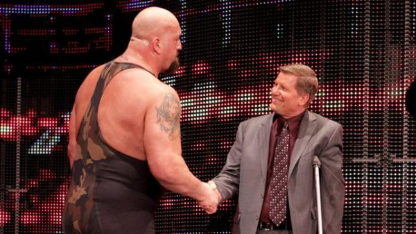 Big Show VS Broduc Clay (intervention de Kofi et R-truth pour aider Brodus)