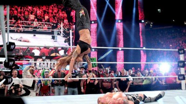 1000éme de Raw: Lita contre heath slater (legend autour du ring)