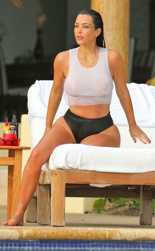 Seins de bikini mouillés