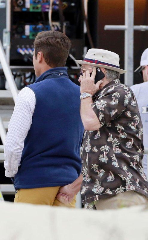 Pourquoi Robert De Niro a-t-il un pouce plant� dans les fesses de Zac Efron ? D�couvrez la photo surprenante !