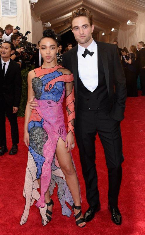 Robert Pattinson et FKA Twigs font leur premi�re apparition en tant que couple sur le tapis rouge du Gala du Met 2015 !