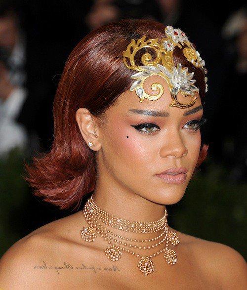 Rihanna souffle le Gala du Met 2015 avec une �norme robe jaune exigeant l'aide de quatre porteurs : les images !