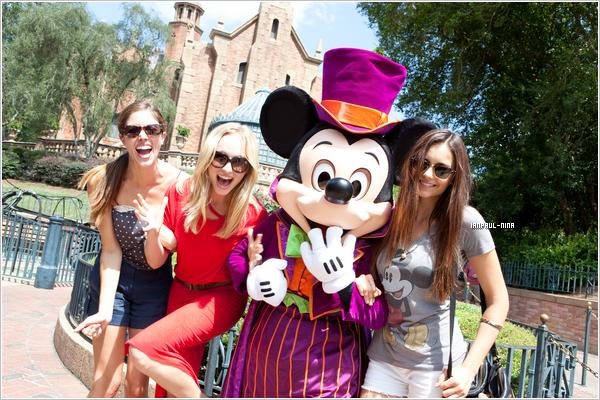 .  Le 1er Septembre 2012 : Nina et ses co-stars Kayla Ewell et Candice Accola sont allés au 'Disney World' en Floride..