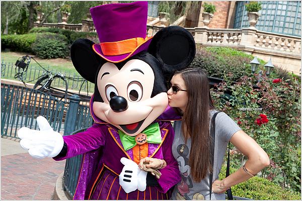 .  Le 1er Septembre 2012 : Nina et ses co-stars Kayla Ewell et Candice Accola sont all�s au 'Disney World' en Floride..