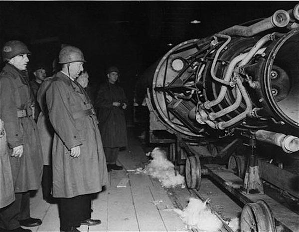 G�n�ral alli�es stup�fi� inspectant une fus�e V2 sur une chaine de montage dans une carri�re souterraine