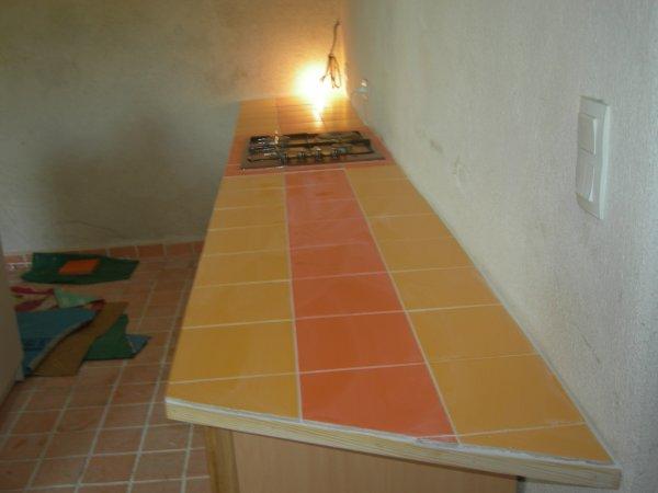 pose faience sur plan de travail cuisine amenagee. Black Bedroom Furniture Sets. Home Design Ideas