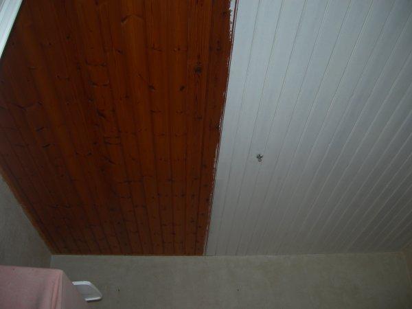 Peinture lambris plafond laquer blanc renovation en for Peindre un plafond en lambris