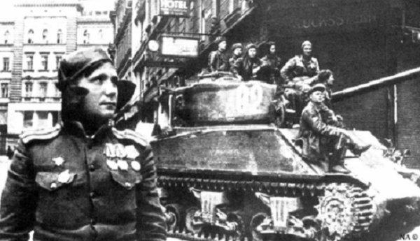 123 - La Grande Débâcle 14 - Objectif Vienne , la Garde Noire Affronte la Garde Rouge . Les derniers jours des Panzers SS .