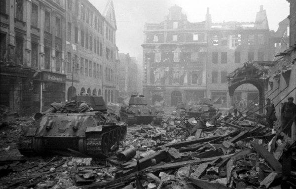 142 - Dans l'Enfer de Berlin 2 - Samedi 21 Avril 1945 .