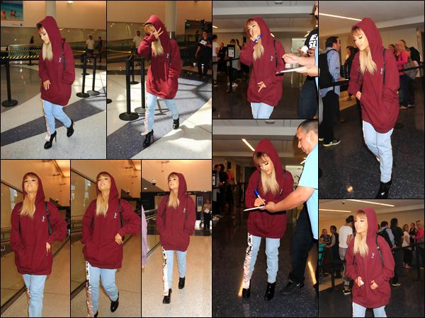 """'''""""15.09.16''' ─ Ariana a été photographiée en arrivant à l'aéroport LAX qui se situe dans la ville de Los Angeles. Notre chanteuse portait une tenue plutôt loose avec un sweat à capuche assez large et un jeans boyfriend, le tout avec ses incontournables talons ![/alig fen]"""