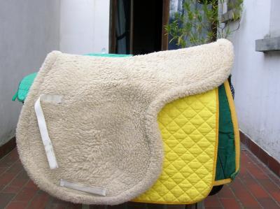 tapis de selle en forme de selle type mouton du mat riel d 39 quitation quasi neuf ou peu. Black Bedroom Furniture Sets. Home Design Ideas