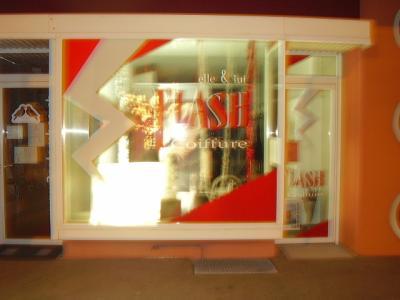 Lettrage flash vitrine salon de coiffure la sax en - Vitrine salon de coiffure ...