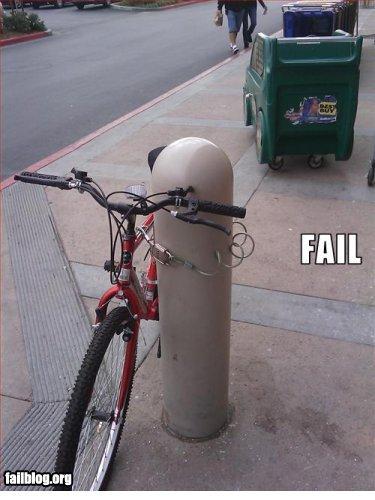 Mal réveillé ! Il attache son vélo comme il peut.