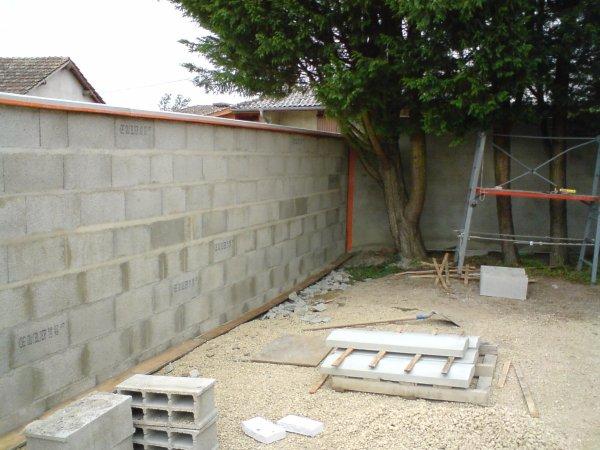 Mur de s paration avec terrassement et cl ture en grillage for Habillage cloture beton