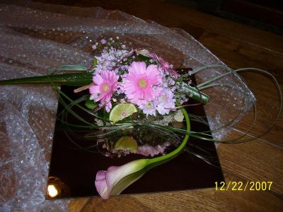 Montage sur un miroir avec calla peut servir comme centre de table artflorale - Centre de table avec miroir ...