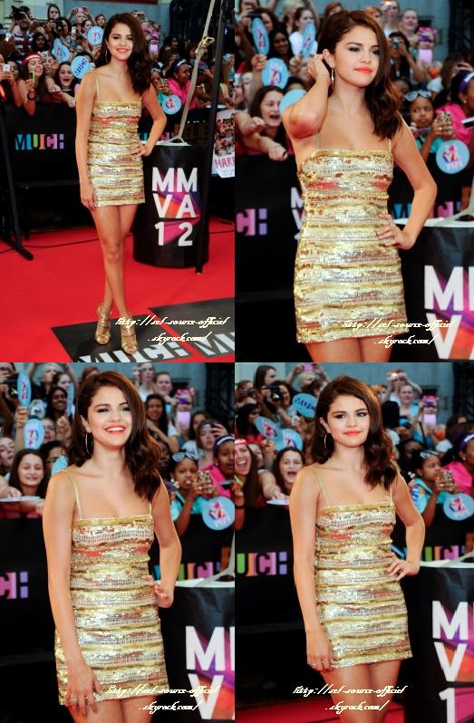 Selena était hier aux Much Music Awards et elle est venue avec Jasmine (la petit soeur de Justin Bieber, qui était présent lui aussi). La belle avait une jolie robe dorée et des chaussures Jimmy Choo. Elle a troqué sa robe contre un petit short pour monter sur scène en compagnie des LMFAO.