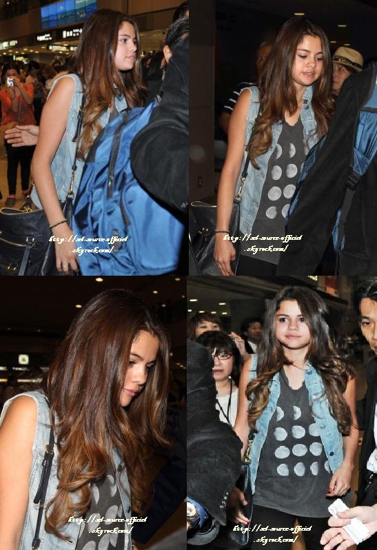 9/07/12 Selena est actuellement au Japon avec son boyfriend les deux ont �t� photographi�s � l'a�roport de Tokyo � leur arriv�e.
