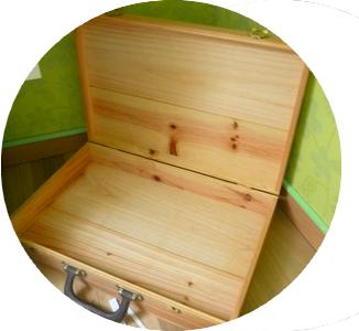 diy upcycling une valise en bois en coin d tente. Black Bedroom Furniture Sets. Home Design Ideas