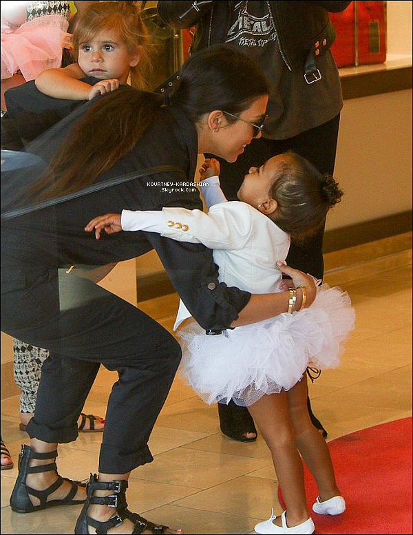 28/05/15 : Kourtney et sa soeur Kim ont amenés Penny et North a leur cours de danse à Tarzana.On a beaucoup de candid aux studios de danses en ce moment, mais avec les deux adorables petites on  pardonne !  POSTED BY CINDY ON MAY 30TH 2015