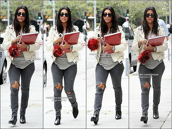 09/06/15 : Kourtney quittant un immeuble dans Beverly Hills où elle avait une réunion d'affaire.Elle est très jolie, simple mais classe et décontractée à la fois. Notre petite Kourtney business-woman est de retour. POSTED BY CINDY ON JUNE 10TH 2015