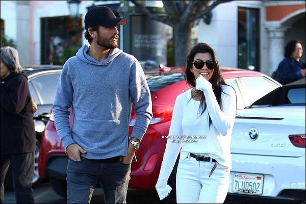 25/11/15 : Kourtney souriante aperçue avec Scott lorsqu'ils allaient au restau ensemble à Los Angeles.Avec cette sortie il n'en n'a pas fallu plus pour que les médias déchainent leur une sur l'éventuel retour du couple Kourt/Scott  POSTED BY CINDY ON NOVEMBER 30TH 2015