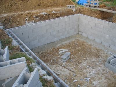 Montage des blocs a bancher 10 avril piscine fait maison - Parpaing polystyrene pour piscine ...