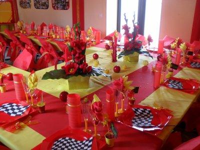D coration rouge et jaune anniversaire 50 ans la d co de for Table enfant rouge