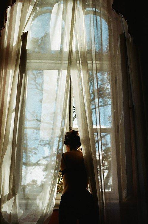 Je me sens seule. Je regarde et je sens. Les fins rayons de soleil roulent doucement sur mon �me, le temps passe doucement sur mon corps, je voudrais que rien n'ait d'importance. Et je vivrais heureuse, et je veux exister. Pas parmi vous. Vous ne comprenez pas. Vous vous contentez de lever les yeux, parfois la t�te, et de parler, parler, parler, pour ne rien dire. Vide. Vous ne voyez pas la magie dans le monde qui vous entoure. Vous avez oubli� la perfection originelle de l'Homme parmi les siens, parmi sa Cr�atrice. Ouvrez les yeux, �tendez les bras, et respirez. On devrait tout arr�ter un instant. Observer inlassablement les feuilles fr�mir sous les caresses du vent. Ecouter le silence jusqu'au frappement de vos tympans, laisser la Vie nous envahir, la laisser admirer notre jeunesse si �ph�m�re. Se sentir fragile. Se sentir vivant. Se sentir � sa place, et se sentir combl�. Moi aussi, je veux �tre heureuse.