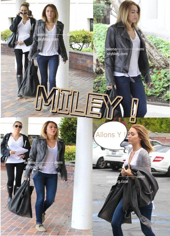 Miley s'est rendue à l'hôpital hier (27 avril) avec sa mère Tish, pour se faire retirer les fils de ses points de sutures qu'elle a subit au doigt la semaine dernière après un petit accident en cuisine. Elle s'est ensuite rendue comme d'habitude à son cours de pilates. &