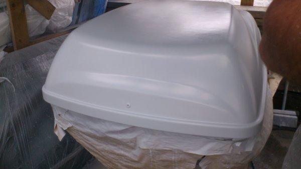en train de mettre en peinture le coffre de toit pour les. Black Bedroom Furniture Sets. Home Design Ideas