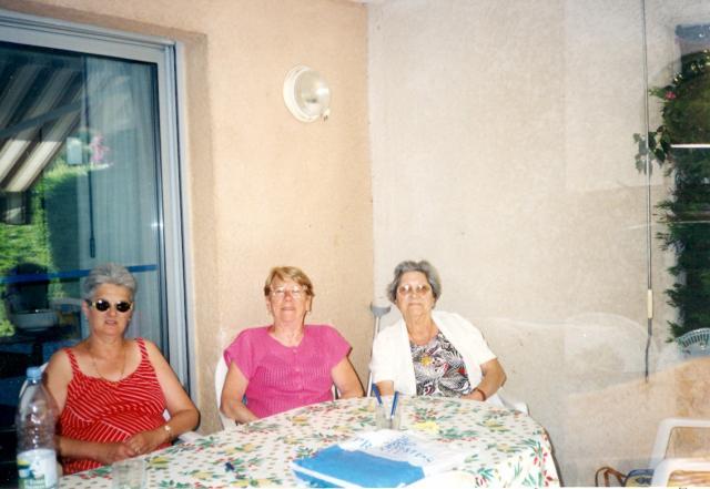 voici  ma cousine germaine Jeanne Restagno qui m'a donné une photo de Josephine Louise Thubert.mon arriere grand mèree