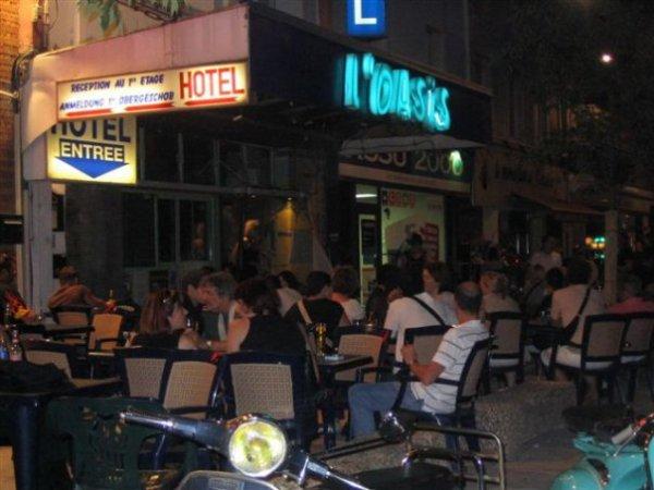 en face le restaurant EL GAUCHO il y a  le bar l'OASIS,voici mon fils derriere son bar.