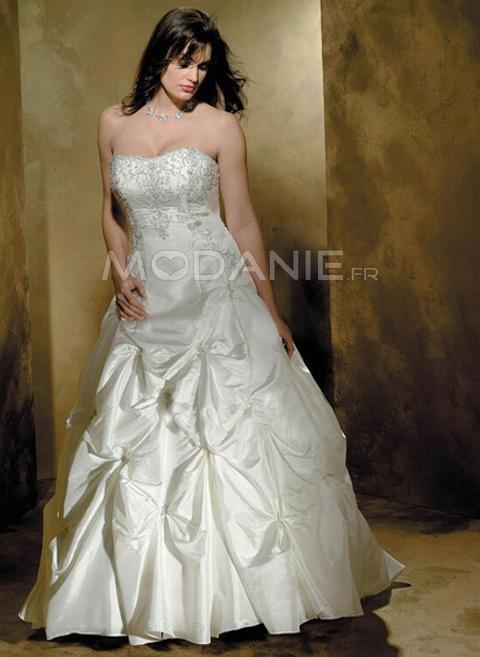 Cette robe de mariée est très classe grâce à ses broderies et l ...