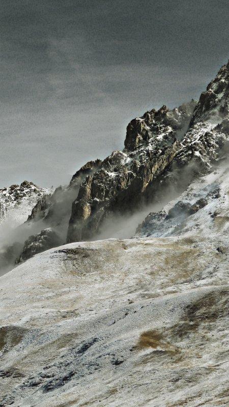 Un lointain �cho, au fond d'une vall�e perdue dans le mugissement du vent...