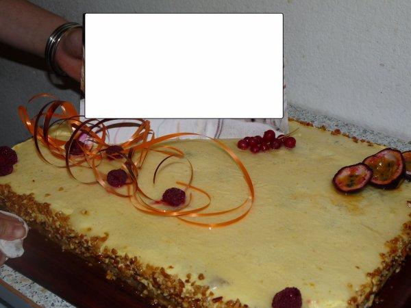 Entremet Fruits de la passion et vanille avec des amandes caramélisées au milieu, une explosion de saveurs!!!!!
