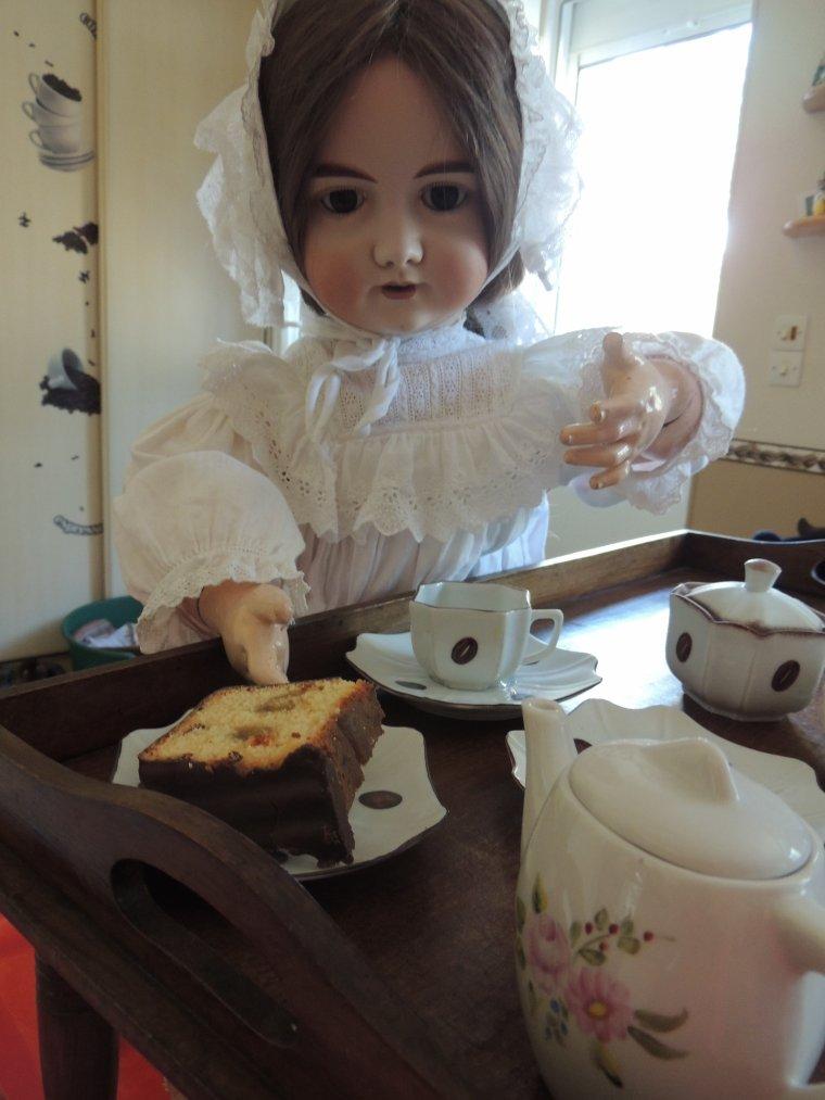 barbara & �leonore  petit dej dans les jolies tasses faites par mijha il y a qq annees