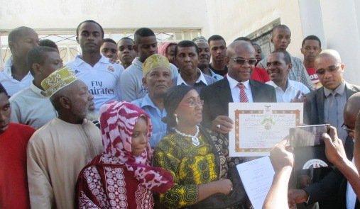 Hommage à l'ancien Gouverneur Anissi Chamsidine pour les résultats du baccalauréat  2016 à la Terminale du lycée d'Excellence